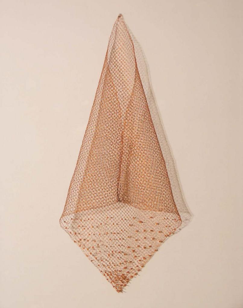 """Anna Talens """"Criatura abisal pequeña (dorado-cava)"""", 2012 cristal y cobre 13x30x25 cm. Imagen cedida por pazYcomedias."""
