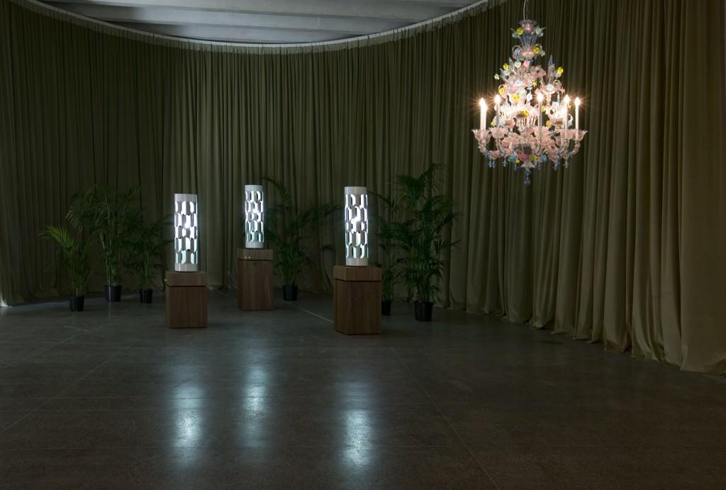 """Cerith Wyn Evans, """"Dream Machine"""", 1998. Instalación, cajas de luz, motor, otros elementos. Dimensiones variables. Colección MUSAC. Imagen cortesía de EACC."""