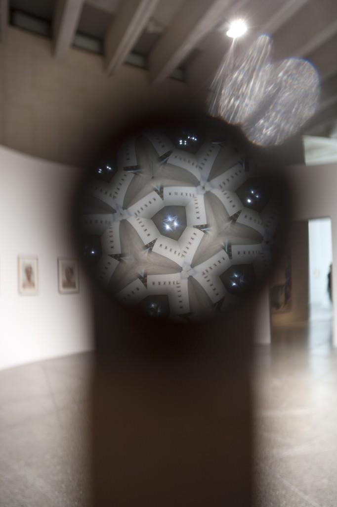 """Luís Camnitzer, """"Crimen perfecto"""", 2010. Instalación, teleidoscopios, madera de nogal. Medidas variables. Colección MUSAC. Imagen cortesía de EACC."""