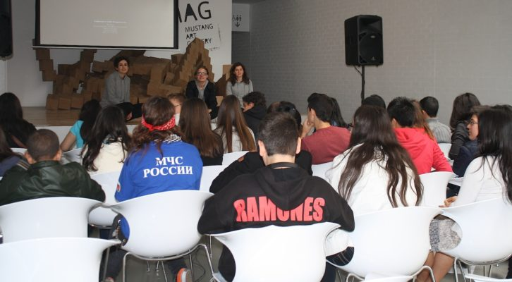 """Alumnos del instituto Doctor Balmis de Alicante en """"MAG Satélite"""". Imagen cortesía de Mustang Gallery."""