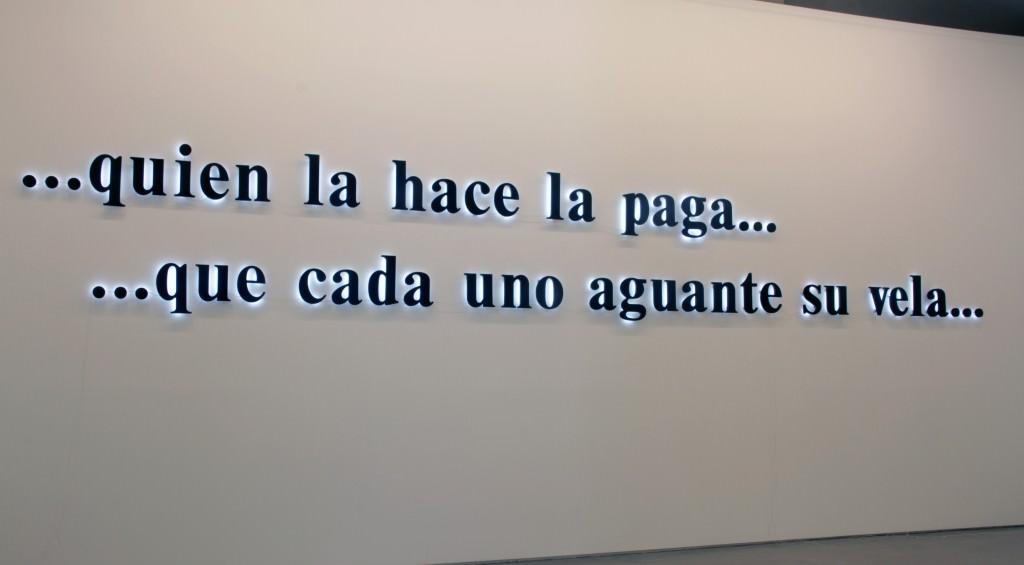 """Antoni Muntadas, """"Quien la hace la paga... ...que cada uno aguante su vela"""". Imagen cortesía de Galería Moisés Pérez de Albéniz."""