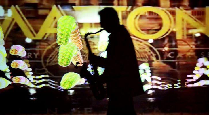 Maurice Owen interpreta e improvisa sonidos con el saxofon, interactuando sobre imágenes digitales del artista Russell Richards. Imagen cortesía Plataforma Cabanyal Canyamelar