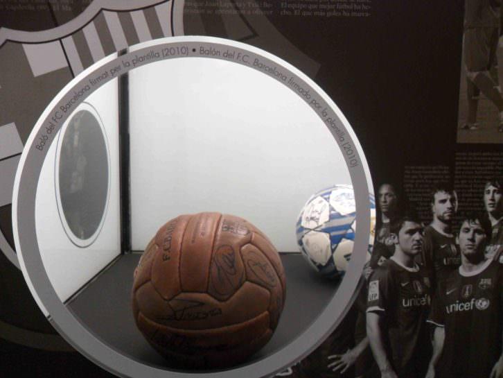 Balón firmado por los jugadores del Barça. Objeto de deseo. Museu d'Etnologia