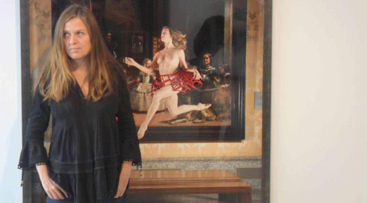 Ouka Leele, junto a una de sus obras en la Galería Punto. Makma
