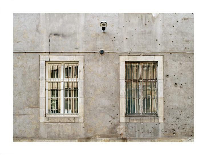 """""""Balas en la fachada de la fábrica de dinero, Berlin"""", Clara Bleda. 2011. Imagen cortesía de Manuel Garrido."""