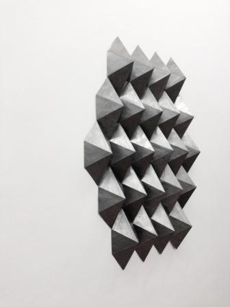 """Dai. K.S. """"Sin título"""", 2013. Grafito bruñido sobre y papel, bajorelieve. Imagen cortesía de Columpio."""