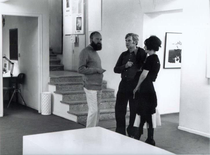 Manolo Millares, Salvador Victoria y Elvireta Escobio en la Galería EGAM, Madrid, 1971. Fotografía de Enrique Gómez Acebo. Imagen cortesía de Diego Arribas.