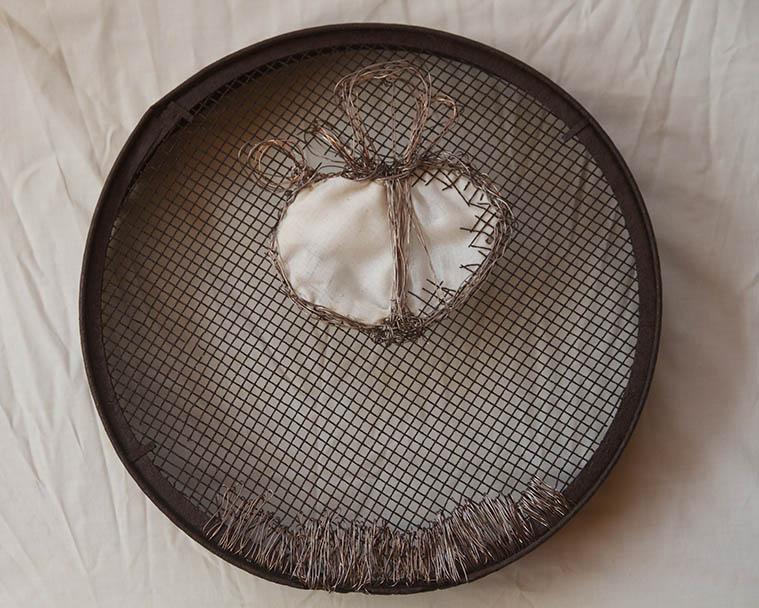 Cedazo, hilo de cobre y tela. 50 cm di'ametro.