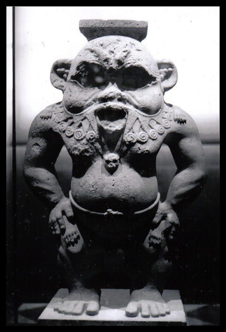 Estatua del dios Bes que preside la muestra de Maruchi Salamanca.