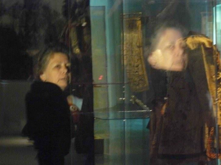 La coleccionista de Amuletos, María Victoria Liceras, en la exposición Otras fronteras del MuVIM. Fotografía: Pedro Hernández