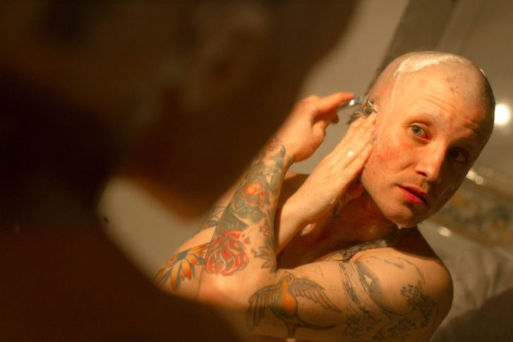 El artista Abel Azcona en el día del Encierro afeitando todo su vello corporal. Fotografía de Dario Missaghian.