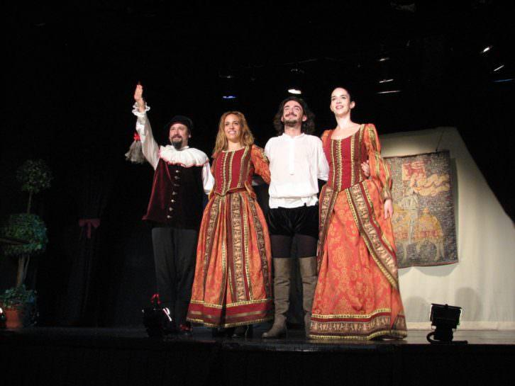 Los actores de Teatro Clásico Mediterráneo saludando al término de La dama boba. Imagen cortesía de la compañía.