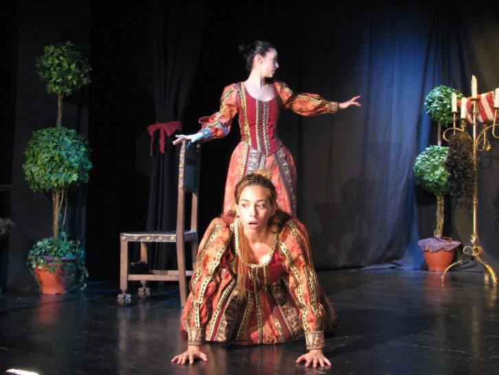 Escena de La dama boba, de Lope de Vega, por Teatro Clásico Mediterráneo. Imagen cortesía de la compañía.