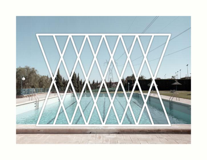 Tactelgraphics. La piscine (suite) 1, 2010. Serie SOS (SOMEWHERE OVER SUMMER). Fotografía montada sobre forex, vinilo blanco de corte sobre metacrilato. 130 x 100 cm. Imagen cortesía Galería Mister Pink