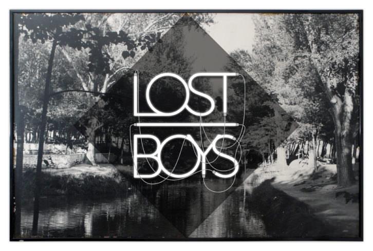 Tactelgraphics. Lost boys, 2013. Pieza única, fotografía sobre bastidor de madera, rótulo de neón y metacrilato. Imagen cortesía Galería Mister Pink