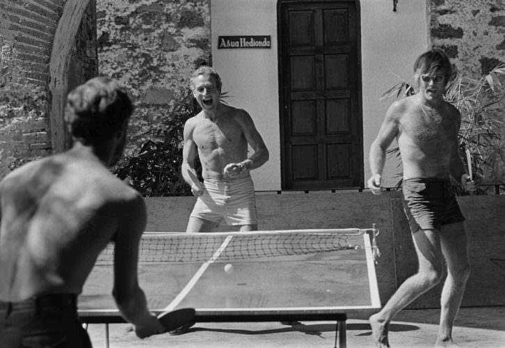 Robert Redford y Paul Newman jugando al ping pong. Foto: Lawrence Schiller.