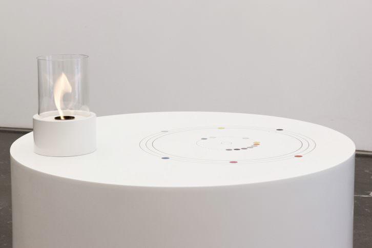 Mathieu Mercier. Serie Sublimation. Corian con incrustaciones de corian y chimenea, 2013. Imagen cortesía Galería Luis Adelantado
