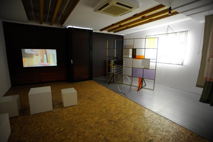 Esmé Valk (Wijhe, Países Bajos, 1977). Showcasing Today's Essentials, 2010, (materiales diversos) y Vídeo HD (color, sonido, 9' 40''). Imagen cortesía del Espai d'Art Contemporani de Castelló.