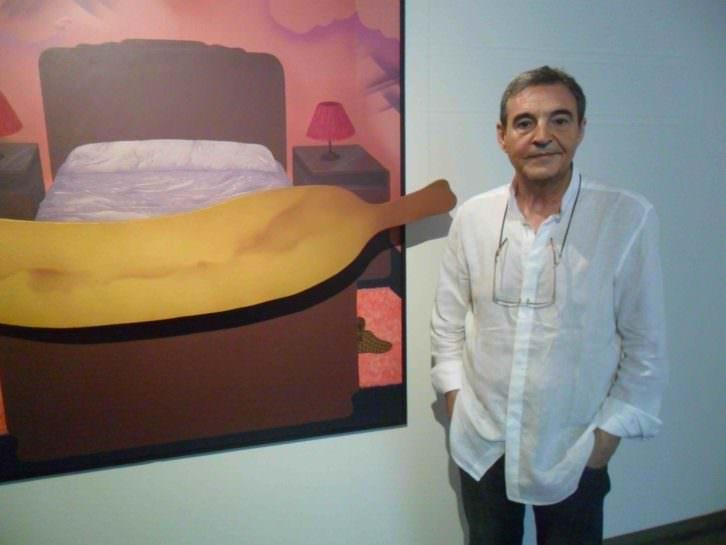 Vicent Madramany, al lado de la obra 'El sueño del capitán España' de Artur Heras. Foto: MAKMA