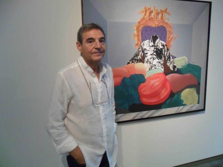 Vicent Madramany, junto a la obra 'Consum nacional brut' de Artur Heras. Foto: MAKMA