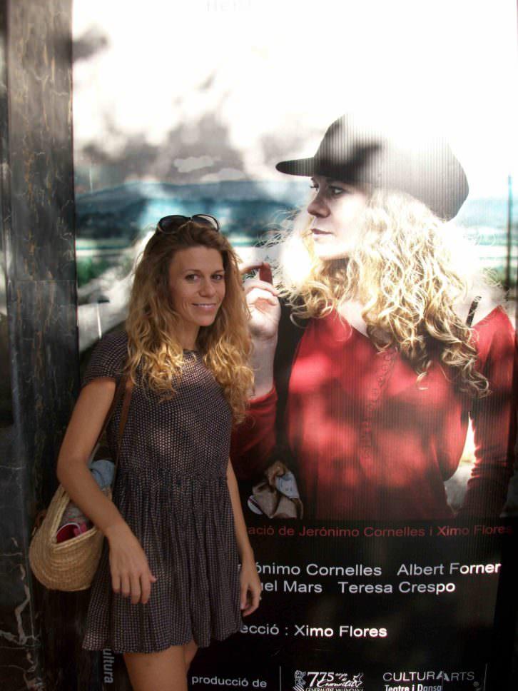 Rebeca Valls, frente al cartel de Casa de Muñecas