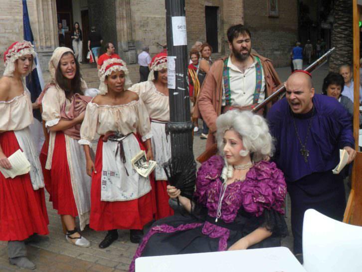Actores de Revolución! presentando el espectáculo en la Plaza San Valero de Russafa.