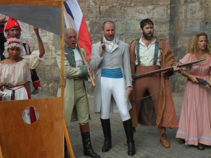 Actores de Revolución! durante la presentación del espectáculo en la Plaza San Valero de Russafa.