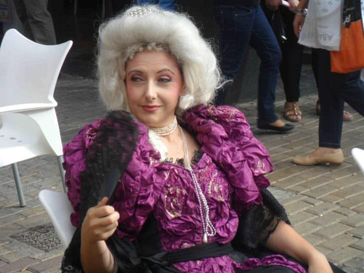 María Antonieta (Rosa López), durante un momento de la presentación de Revolución! en la plaza San Valero de Russafa.
