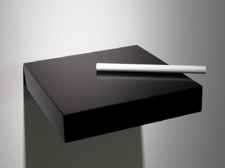 Mathieu Mercier. Sin título, Corian blanco y negro, 2012. Imagen cortesía Galería Luis Adelantado