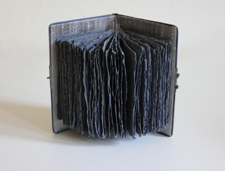 """""""El libro de la poesía muerta"""" 16 x  24 x 14 cm Ensamblaje de libro, papel khadi y seda. Berlín 2012. Colección privada."""