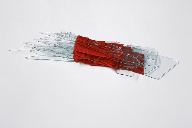 Cristal roto. Carcaixent 2011. Vaso y seda. 30 x 15 x 7 cm