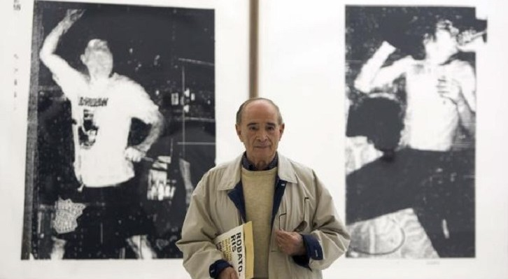 Jesús Martínez Guerricabeitia en 2005, con una de las obras de sus bienales