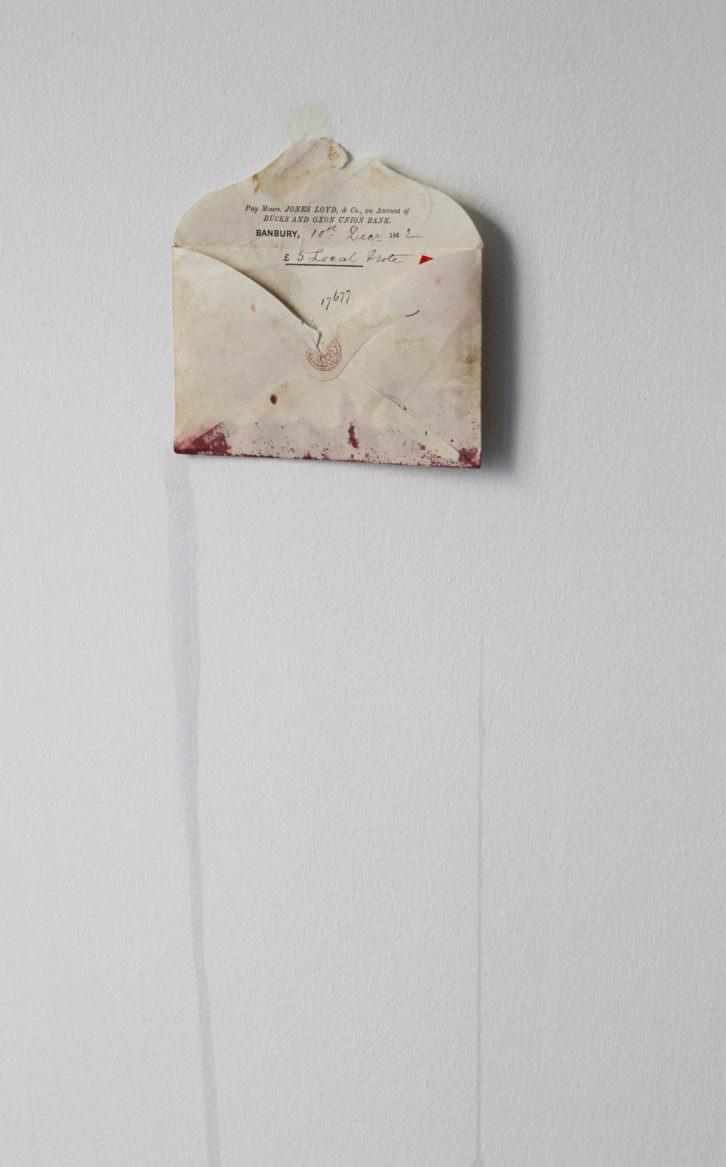 S/T. Sobre de 1862, letras adhesivas rojas, zumo. 13x13'3cm, 2014. Obra de Sarah Bernhardt. Imagen por cortesía de la galería.