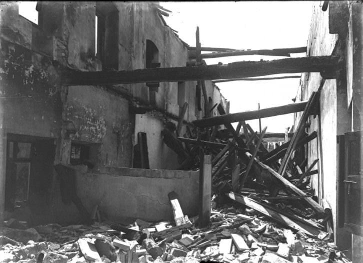 Julio de 1909. Convento de los Capuchinos de Manresa, después de haberse quemado durante la Semana Tràgica.