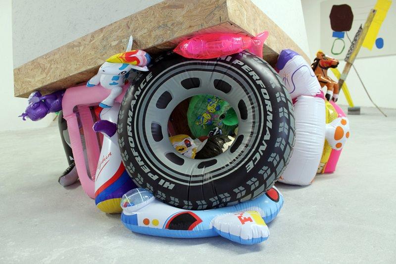 Changuito. Madera, inflables, acrílico, esmalte, mono de juguete. 190 x 200 x 200 cm