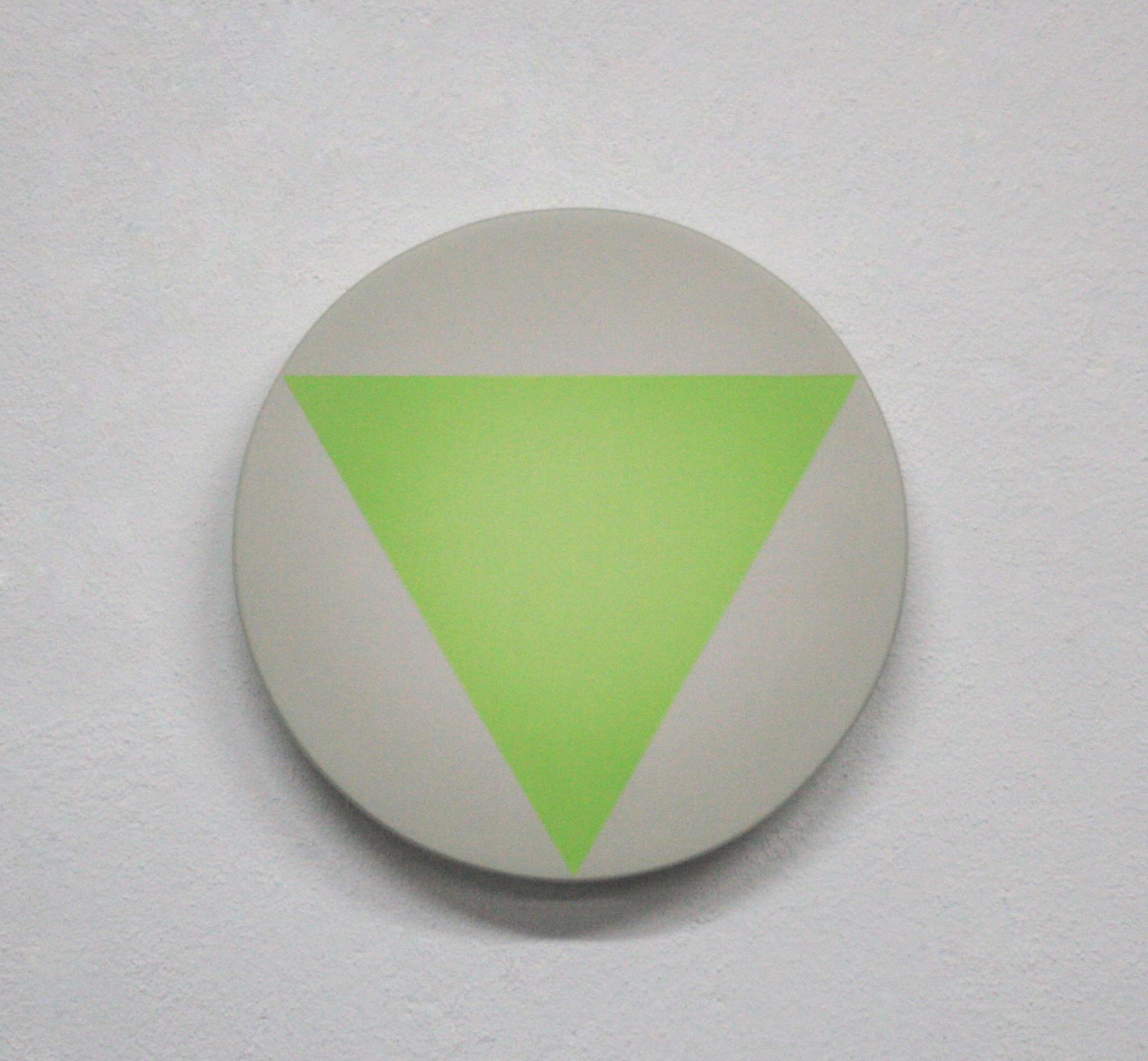 Obra de Mikeldi Pérez Urkijo. S/T (triángulo sobre círculo). Pintura en spray, sobre madera. 25cm de diámetro. Imagen por cortesía de la galería.
