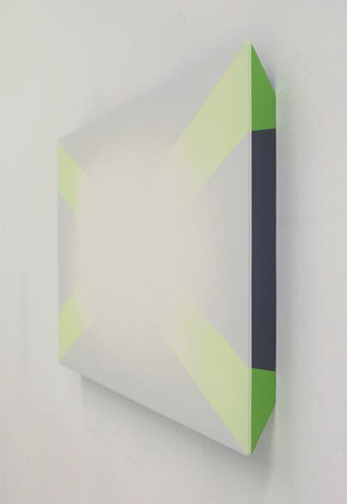 S/T. Pintura sintética en spray, imprimación sobre tabla. 122x69cm. Imagen por cortesía de la galería.