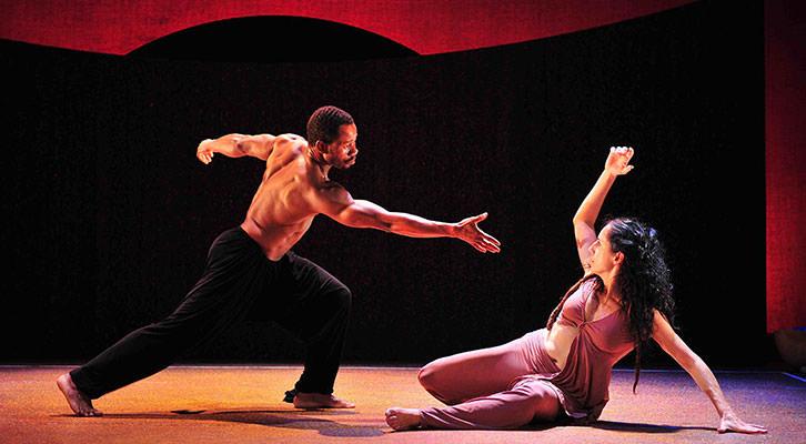 Una de las escena de 'Decmarón negro', de L'Om Imprebis en el Teatro Rialto. Imagen cortesía de L'Om Imprebis.