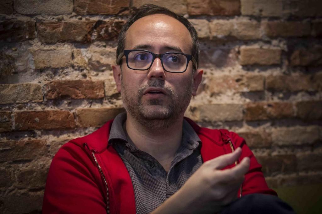 Álex Montoya en un momento de la entrevista de   los Desayunos Makma en Lotelito. Fotografía: Miguel Lorenzo.