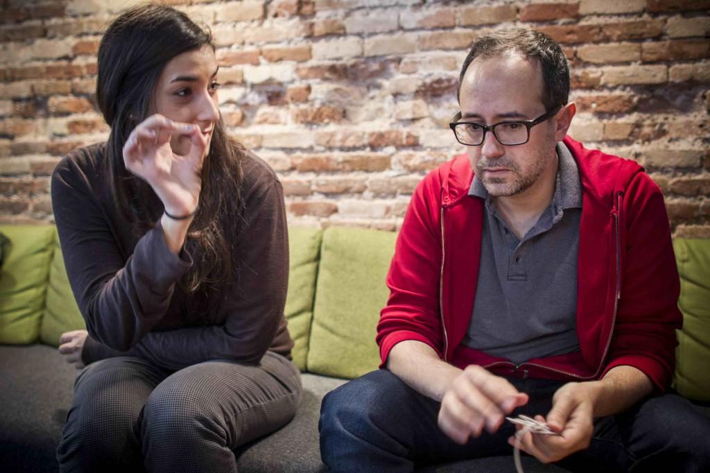 Adriana Navarro y Álex Montoya en un momento de la entrevista de los Desayunos Makma en Lotelito. Foto: Miguel Lorenzo.