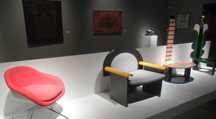 Algunas de las sillas obra de José Martínez-Medina en la exposición 'Diseñando una vida'. Centro del Carmen.