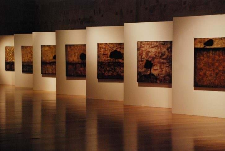Obras de la exposición 'Paisaje condicionado' de Joan Forniés en Centro del Carmen. Imagen cortesía del Consorcio de Museos de la Generalitat Valenciana.