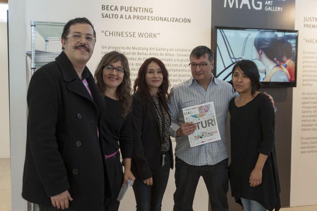 Jurado del JUSTMAD5 y Liliana Zapata. Imagen cortesía de la Mustang Art Gallery