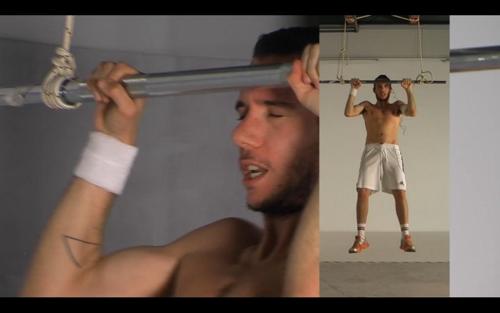 #2 acción, ejercicio de barra en suspensión (2012) videoacción, 13' 34''. Imagen cortesía del artista.
