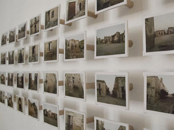 """Imagen de la exposición """"Cada vez que me despisto estamos aquí"""", de Andrea Nacach. Imagen cortesía de la galería."""