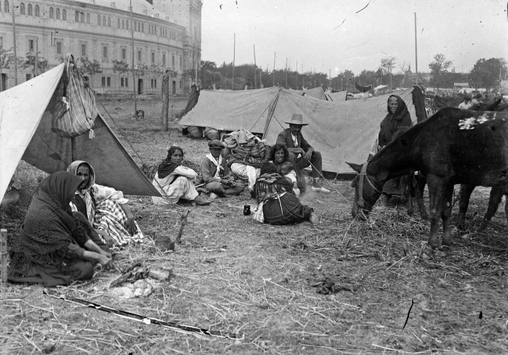 Asentamiento gitano junto a la Plaza de España.Década 1920. Archivo Serrano. Fototeca Municipal de Sevilla. Imagen cortesía de Acción Cultural Española.