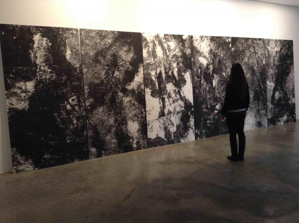 Una joven observa la obra de Bingyi en la galería Charpa. Imagen cortesía de Charpa.