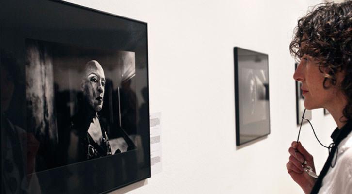 Una joven observa una de las fotografías de Pep Bonet en la exposición 'All Imperfect Things' del IVAM