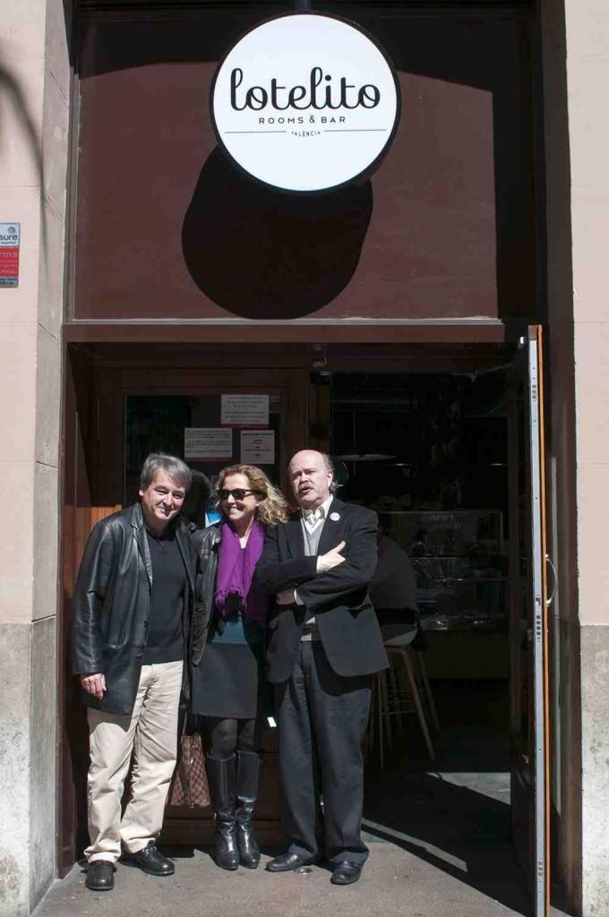 Toni Benavent (izquierda), Mariangeles Fayos y Josep Lluís Sirera, en los Desayunos Makma de Lotelito. Fotografía: Gala Font de Mora.