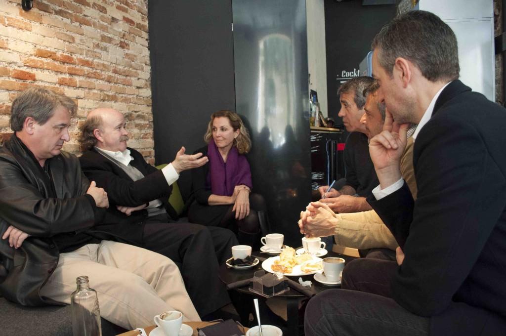 Toni Benavent (i), Josep Lluís Sirera (c) y Mariangeles Fayos, entrevistados por José Luis Pérez Pont (en primer término), Vicente Chambó (c) y Salva Torres. Foto: Gala Font de Mora
